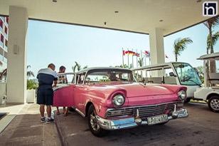 Une voiture classique arrivant à l'hôtel Iberostar Bella Vista