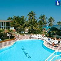 Вид с высоты на бассейн отеля Клуб Атлантико