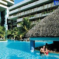 Piscine de l'Hôtel Melia Habana et son Bar