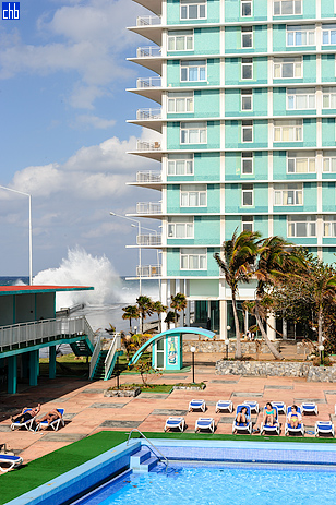 Piscina edll'Hotel Habana Riviera e Mare dei Caraibi