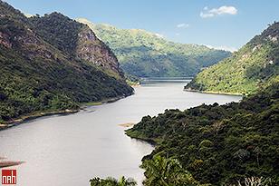 Lago em Hanabanilla, Cuba