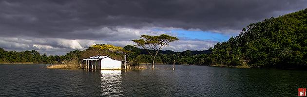 Lago Hanabanilla y una Casa Abandonada en una pequeña Isla