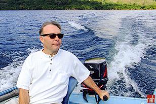 Найджел Хант на моторной лодке по пути к водопаду и ресторану на берегу озера