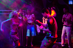 Danca aos ritmos latinos no clube nocturno