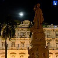 Monumento de José Martí en el Parque Central en La Habana enfrente al Hotel Inglaterra