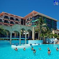 Аэробика в бассейне отеля Лас Америкас