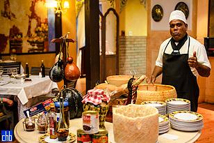Приготовление пасты с пармезаном в итальянском ресторане в отеле Мелия Лас Америкас