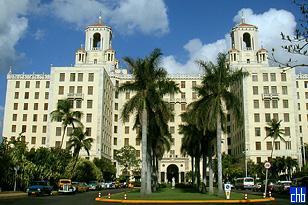 Glavni ulaz u hotel uz palme