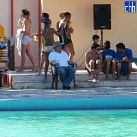 Ragazzi e ragazze Cubani alla piscina del Pernik