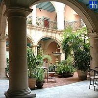 Двір готелю Санта Ізабель