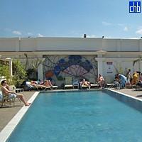 Бассейн в отеле Саратога
