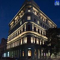 Отель Саратога ночью