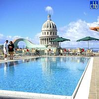 Бассейн на крыше отеля Саратога