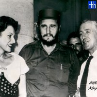Fidel Castro, Sir Alec Guinness & Maureen O'Harala en Plaza de La Catedral May 1959